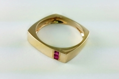 Gold-ring-with-sapphire