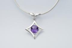 silver-gemstone-necklet