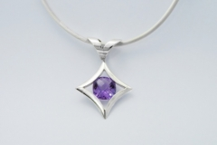 silver-gemstone-necklet
